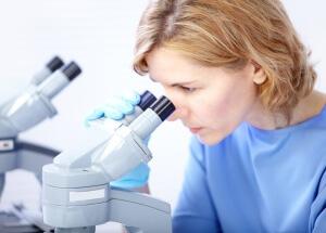 Мазок у женщин исследуют в лаборатории