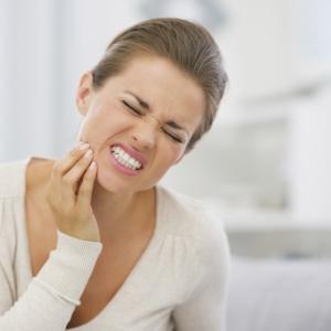 Симптомы появления зуба мудрости — что делать