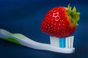 Отбелить зубы можно с помощью ягод клубники
