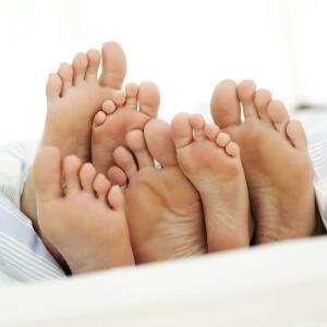 У детей трещины на пятках могут появляться из-за дерматита