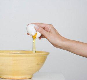 При язве желудка по утрам рекомендуется пить сырой белок