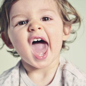 Почему у ребенка черный налет на зубах, как с этим бороться и представляет ли это опасность