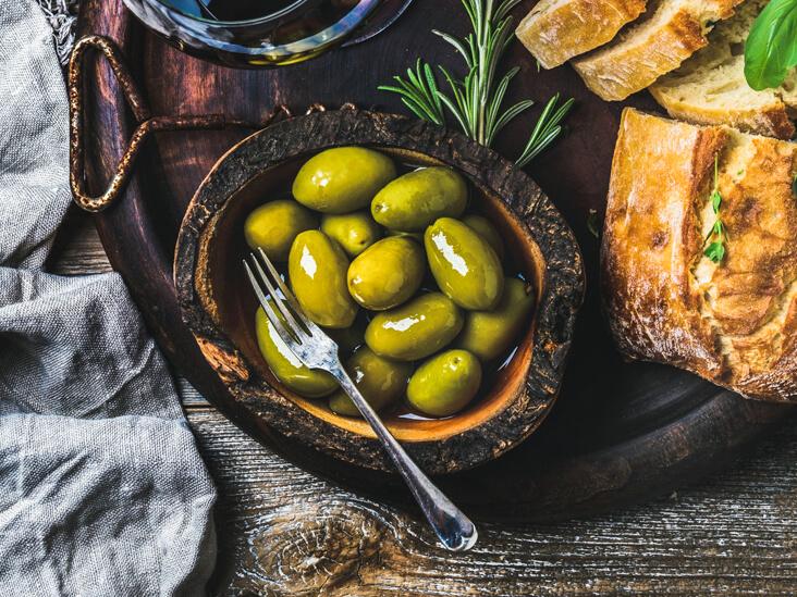 Полезнее зеленые оливки с косточкой