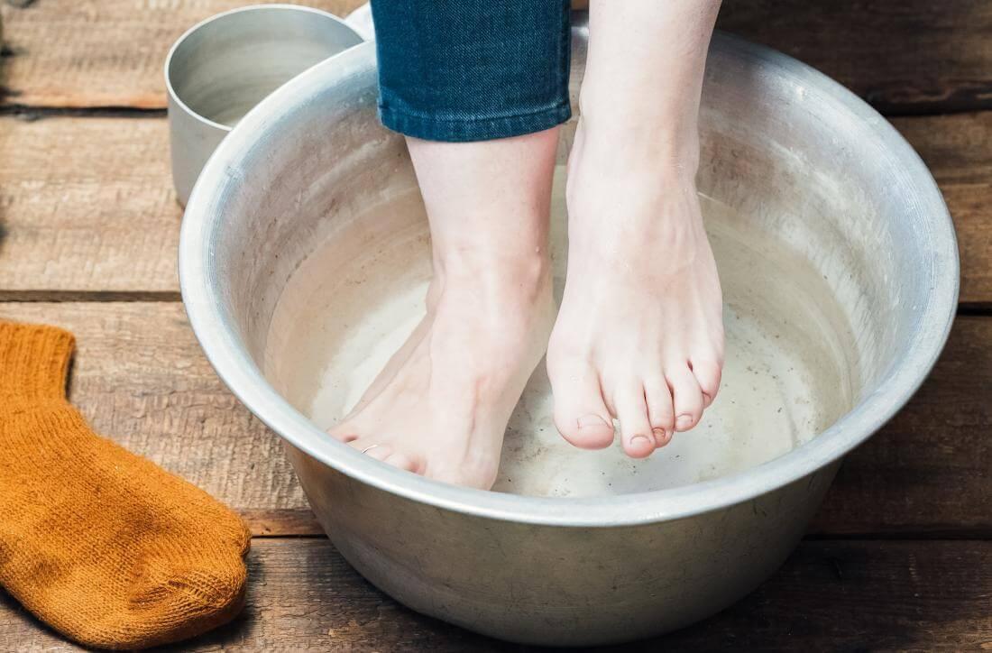 Организовать больному ножную ванну