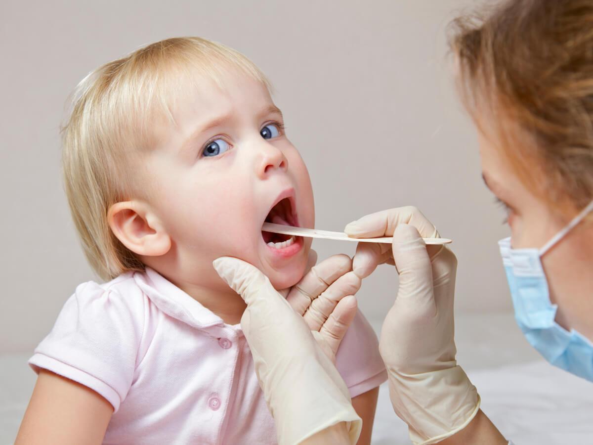 Медицинский осмотр детского горла