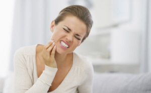 Появление зуба мудрости сопровождается рядом симптомов