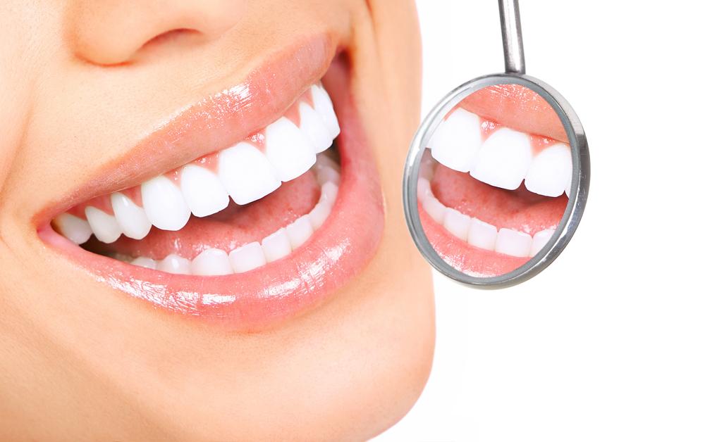 На начальной стадии кариеса на зубе появляется пятно