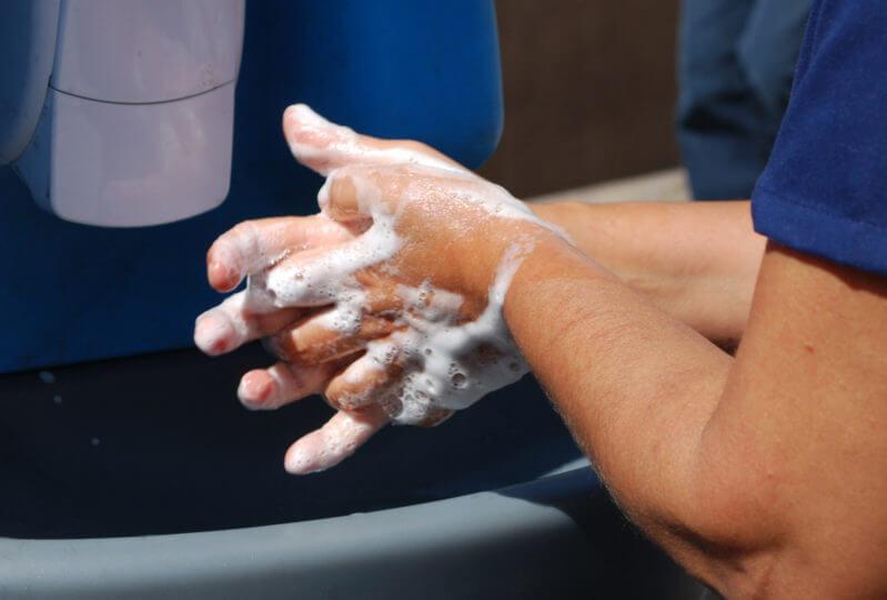 Следует хорошо мыть руки