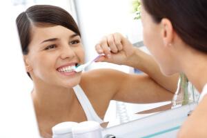 Отбеливание зубов может осуществляться в домашних условиях