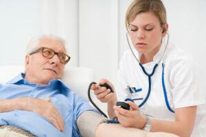 Пожилые люди часто жалуются на низкое давление