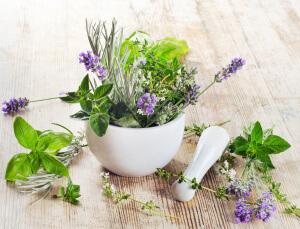 Можно готовить отвары на основе лекарственных трав