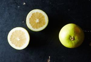 Людям с кишечными заболевания фрукт противопоказан!
