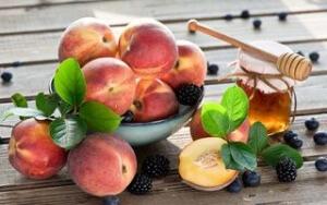 Мед и персики