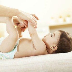 У младенца понос, что делать: причины недуга, основные признаки, методы лечения