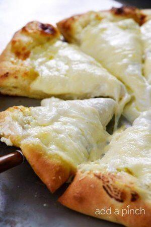 Пицца три сыра с пармезаном
