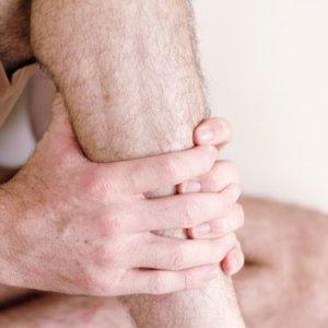 Что делать когда сводит ногу: причины нарушения, симптомы патологий, эффективные терапевтические методы