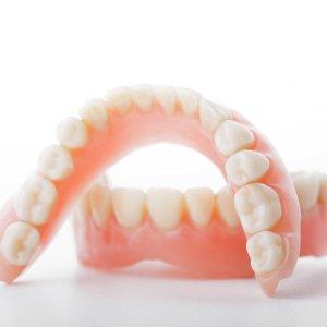 Как чистить зубные протезы в домашних условиях: правила ухода, методы очистки и отбеливания