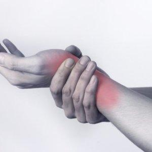 Как выполняется первая помощь при ушибе руки: основные правила