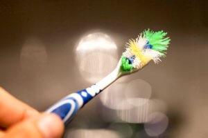 Старая зубная щетка