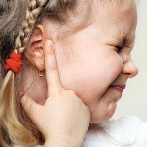 У ребенка сильно болит ухо, что делать: пошаговая инструкция