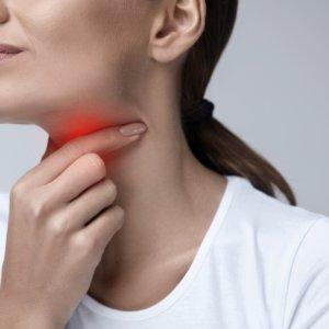 Лечение боли в горле при глотании традиционными и народными способами