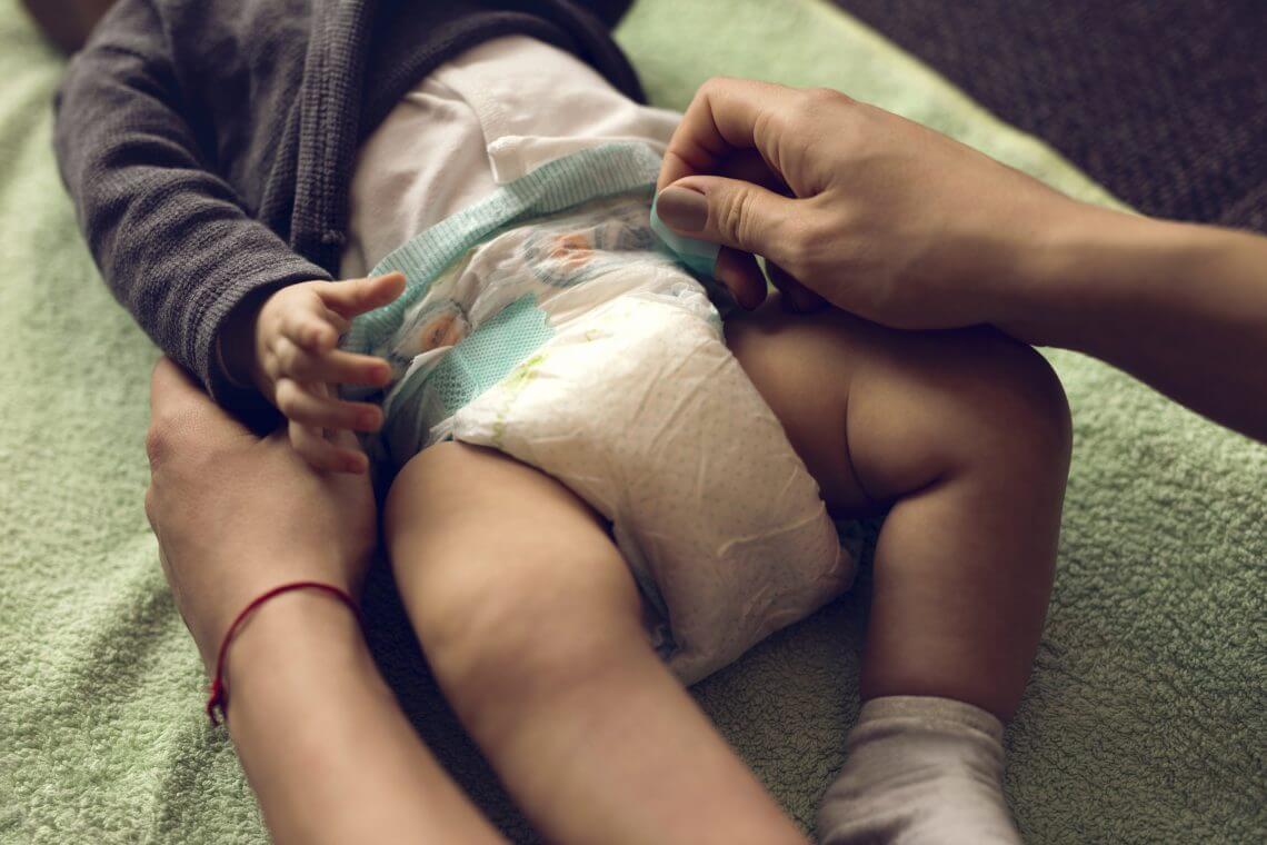 Полный подгузник у малыша